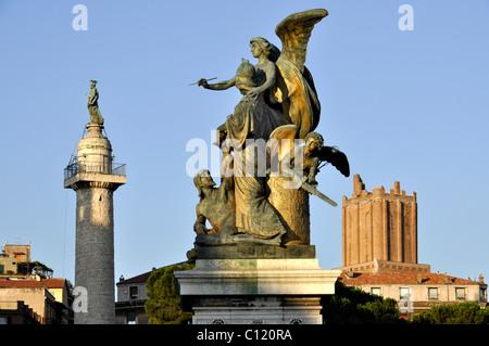 La Colonne Trajane avec l'apôtre Pierre, groupe de statues 'Il Pensiero' Vittoriano, Torre delle Milizie, Piazza Banque D'Images