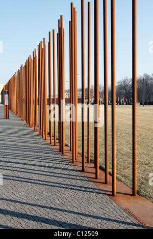 Marqueurs de mur, Mémorial du Mur de Berlin d'un centre d'accueil, Berlin, Allemagne Banque D'Images