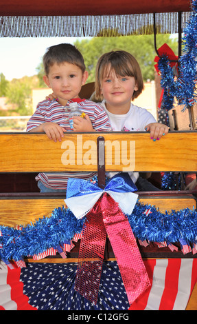 Deux enfants, frère et soeur, rouler dans le 4 juillet parade à Capitan, Nouveau Mexique. Banque D'Images