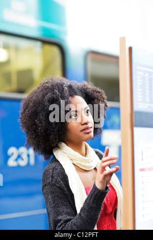 USA, l'État de Washington, Seattle, young woman looking at arrivée départ chambre Banque D'Images