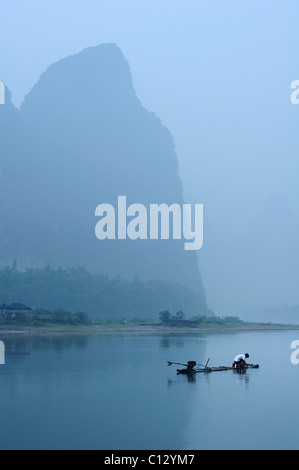 Pêcheur de Li Rivernear dans Yangshuo Guilin région de Chine Banque D'Images