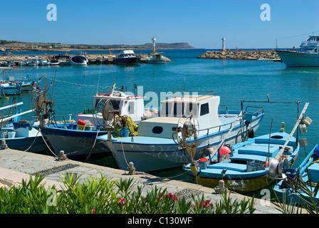 Bateaux de pêche dans le port de Liminaki, Ayia Napa, Chypre Banque D'Images