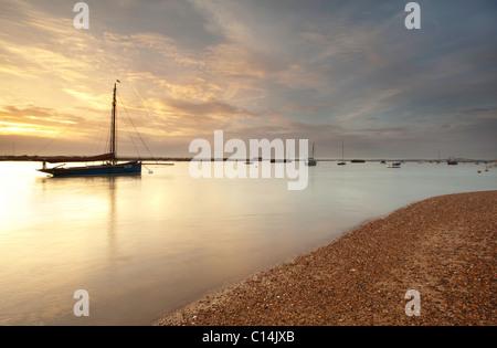 Bateaux capturés au coucher du soleil sur l'île de Mersea Banque D'Images