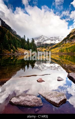 Lac de montagne la réflexion avec la couleur de l'automne. Aspen, Colorado. Banque D'Images