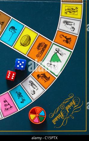 Dés et filtres en coin colorés sur Trivial Pursuit Board - jeu de poursuite trivial