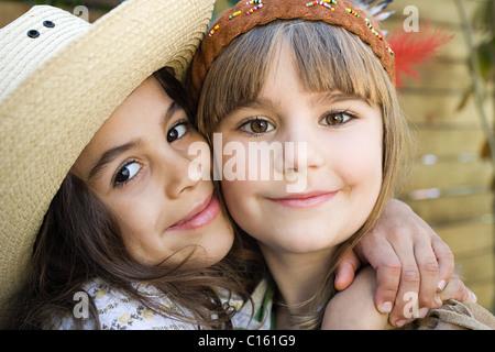 Les filles habillés en Native American et cowgirl Banque D'Images