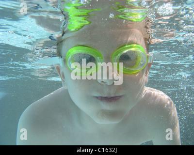 Boy holding souffle sous l'eau Banque D'Images