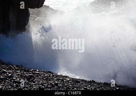 Les mers de l'Atlantique avec de grandes vagues se brisant sur des rochers à Ajuy sur l'île canarienne de Fuerteventura Banque D'Images