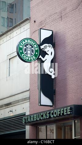 Un café Starbucks dans le centre de Manhattan à New York, le samedi, 5 mars 2011. (© Richard B. Levine) Banque D'Images