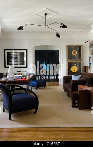 Étudier à Madrid appartement avec 1920 Wiener Werkstaetten fauteuils en cuir bleu et Serge Mouille la lumière au Banque D'Images