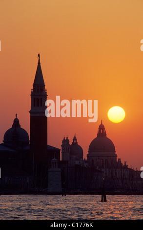 Église de San Giorgio Maggiore et la basilique Santa Maria della Salute au coucher du soleil, Venise, Italie, Europe