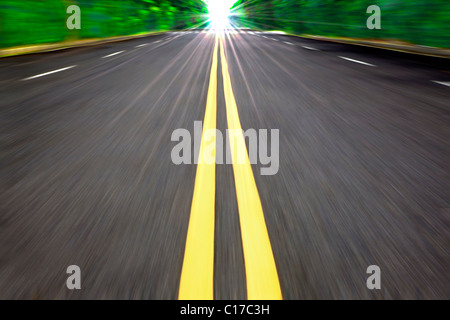 Voiture conduite à grande vitesse sur la route vide