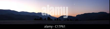 Cercle de pierres de Castlerigg scène panoramique photographié début sur un matin glacial. La lune encore haute Banque D'Images