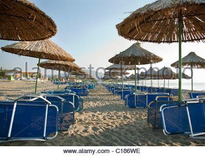 Des chaises longues et des parasols sur la plage Banque D'Images