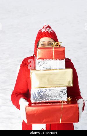 L'exercice présente dans la neige fille Banque D'Images
