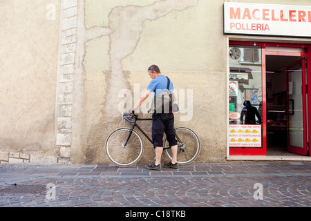 Prendre une pause cycliste au village Banque D'Images