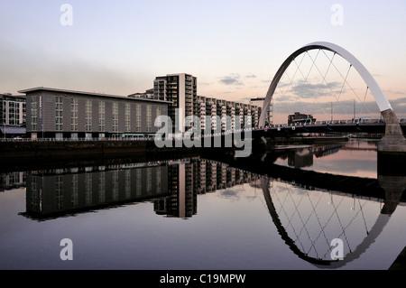 En regardant vers l'Arc Clyde Finnieston, reflétée dans la rivière Clyde alors que la nuit tombe sur Glasgow