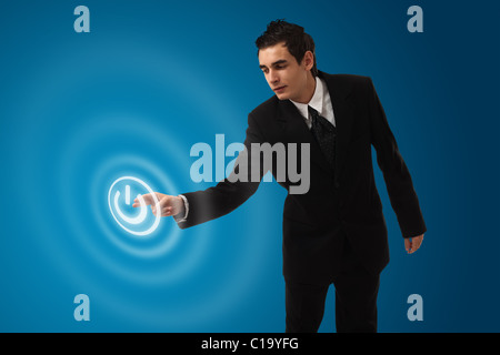 L'homme d'affaires l'appui sur le bouton marche/arrêt Banque D'Images