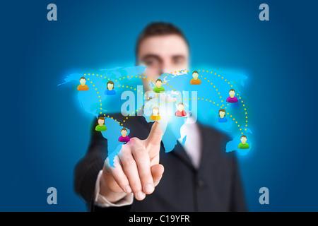 Businessman hand appuyant sur l'icône du réseau social Banque D'Images