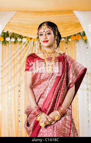 Portrait d'une mariée en robe traditionnelle Bengali Banque D'Images
