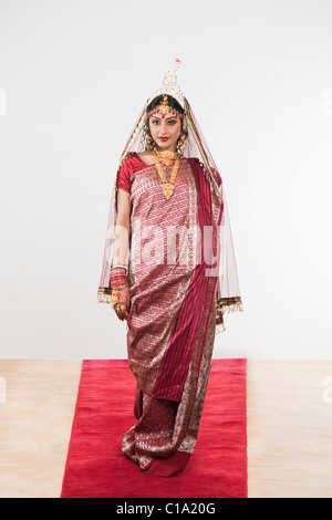 Robe mariée en bengali debout sur un tapis Banque D'Images