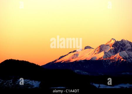 Du Lomnický štít (lever du soleil sur le pic du Lomnický) dans les montagnes Tatra vu du Parc National de Pieniny Banque D'Images