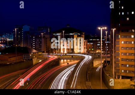 Sentiers de feux de circulation de véhicules voyageant trop et de la ville de Leeds uk yorkshire de nuit Banque D'Images
