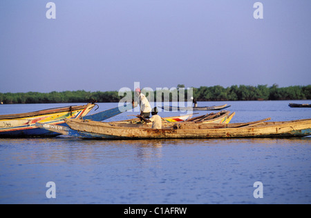 Au Sénégal, la région de Casamance, les pêcheurs sur le fleuve Saloum Banque D'Images