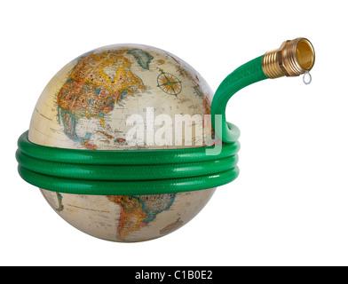 Un flexible enroulé autour d'un globe dans un concept mondial de l'eau libre. Banque D'Images