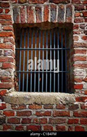 Une fenêtre avec des bars dans un vieux bâtiment Banque D'Images