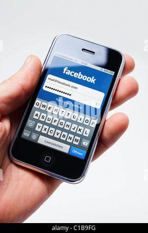Münster, Allemagne - le 14 mars 2011: un iphone 3g avec la version mobile de www.facebook.com site. Banque D'Images