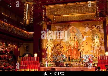 Culte dans le Buddha Tooth Relic Temple and Museum, Chinatown, Singapour Banque D'Images