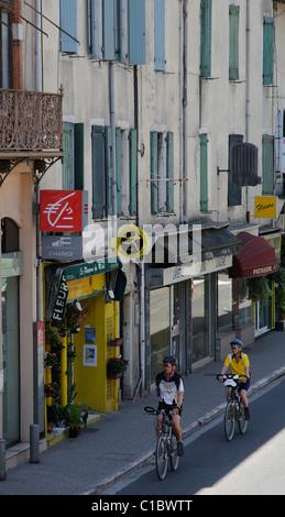 Les cyclistes passant par le centre-ville de St Pons de Thomieres dans le Haut Languedoc dans le sud de la France Banque D'Images