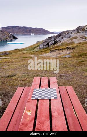 Table de pique-nique avec un échiquier, Narsaq, au sud du Groenland.