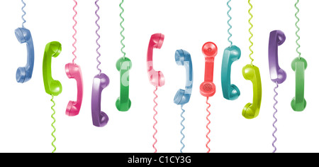 Ancien téléphone de couleur différents combinés sont accroché sur fond blanc Banque D'Images