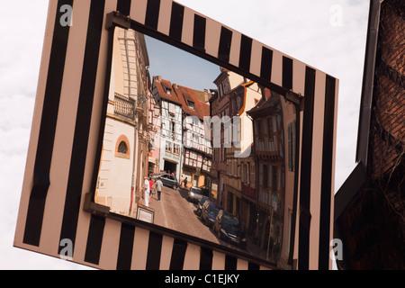 Colmar, Alsace, France, Europe. Les bâtiments de la ville historique reflète dans un miroir de rue Banque D'Images
