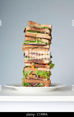 Sandwich extra large avec plusieurs couches de viande, fromage et légumes Banque D'Images