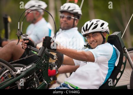 Les hommes handicapés en participant à une course de tricycle