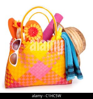 Lunettes serviette sac de plage avec des tongs et un chapeau.isolated on white Banque D'Images