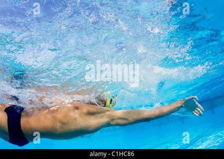 Un nageur participe à l'événement de dos à l'assemblée annuelle de natation Orange Bowl Classic, Key Largo, Floride Banque D'Images