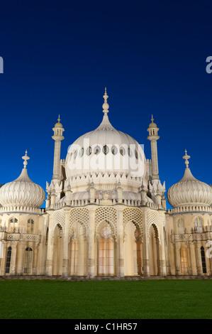 Le Pavillon royal de Brighton, à Brighton, dans l'est du Sussex, en Angleterre. Illuminé au crépuscule.