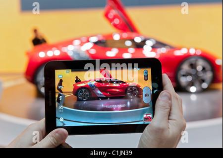 Photographies visiteurs concept car Dezir Renault avec tablette au Salon de Genève 2011 Suisse Banque D'Images
