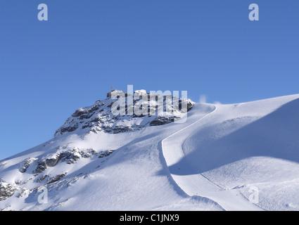 Ciel bleu et les pistes de ski de jour vide à Cervinia, Italie Banque D'Images