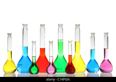 Verrerie de laboratoire avec des liquides de différentes couleurs isolé sur fond blanc Banque D'Images