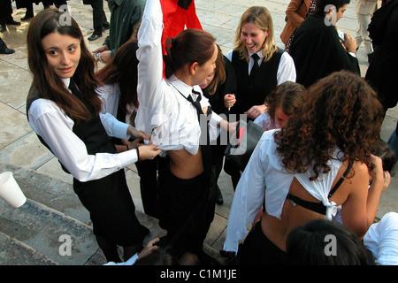 L'Université de Coimbra au Portugal une bienvenue aux nouveaux étudiants universitaires (caloiros) bizutage au cours de l'Latada ou Festa das Latas