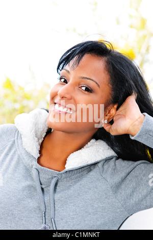 Portrait de jeune femme de race noire à l'extérieur à l'automne