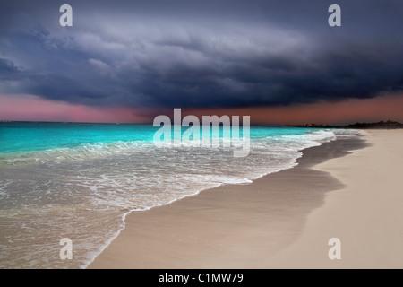 L'ouragan tempête tropicale début mer des caraïbes ciel dramatique Tulum Banque D'Images