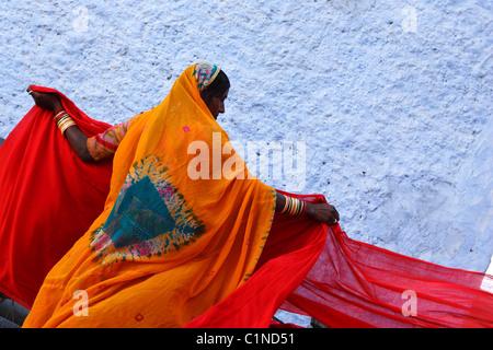 L'Inde, Rajasthan, séchage de bandes de coton pour la fabrication de sari Banque D'Images
