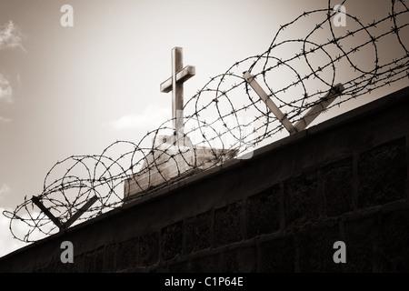 La religion et la guerre - cross concept derrière les barbelés Banque D'Images