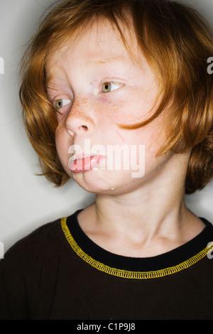 Sad boy looking away Banque D'Images